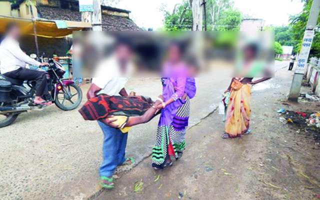 Hospital: NO ambulance, dad carries daughter's dead body on