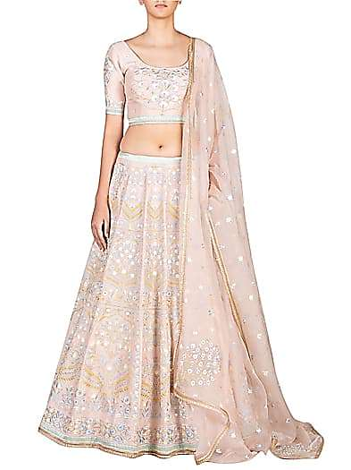 Television diva Shraddha Arya looks godly in this Bridal